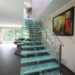Garde-corps en verre pour escalier droit design inox avec limon central et marche en verre brisé