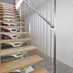 Escalier contemporain en inox et marches en bois avec garde corps en gaines d'inox EDI58