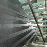 Escalier moderne en acier inoxydable et poutre centrale avec ces marches en verre opale EDI61