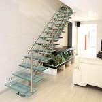 Escalier droit design à maintien central avec marche en verre EDI63
