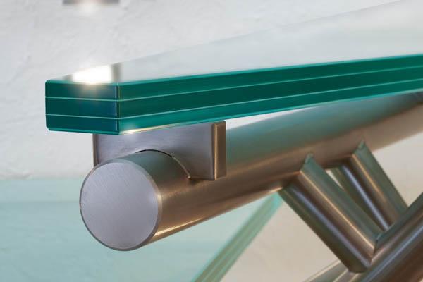 Détail des finitions inox et de la marche en verre EDI39