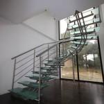 Escalier moderne inox sur mesure à limon central tridimensionnel et marches en verre Orange 84000 EDI45