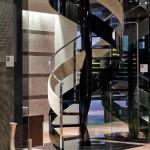 escalier colimaçon -de-prestige-contemporain marche en verre et garde-corps-inox alcantara EDI007