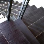 escalier-design-en-acier-et-marche-en-chene-brut-0