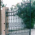 Dessins géométriques sur portail en fer forgé