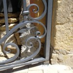 Détail des volutes en fer forgé d'un portillon