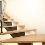 Détail marche escalier en bois et limon central EC37