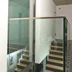 Garde corps moderne intérieur en verre avec main courante latérale en inox brossé à Nancy en Moselle GCV17