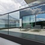 Garde corps extérieur moderne pour terrasse en verre monté sur rail avec finition inox 83600  GCV27