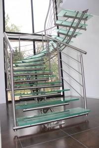 Exemple d'escalier design à limon central tridimensionnel en inox et marche en verre
