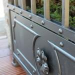 Les décors sur la tôle basse sont rivetés après galvanisation, pour éviter la corrosion future entre les profils.