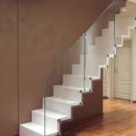 Escalier à crémaillère en chêne peint et garde corps verre EC15