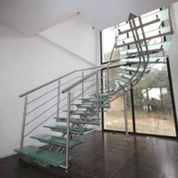 Escalier design en inox et verre