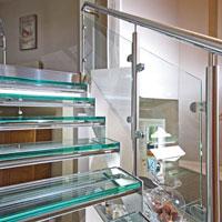 Garde-corps avec panneaux de verre et main courante inox