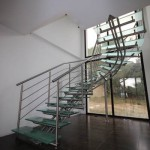 Escalier design inox et verre