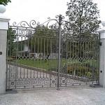 Composition géométrique pour ce portail en fer forgé
