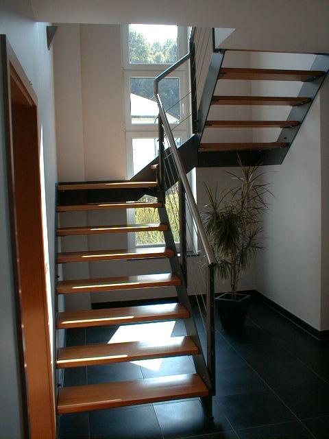 escalier acier un demi tournant marche bois ec22 la maestria. Black Bedroom Furniture Sets. Home Design Ideas