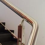 Zoom sur les finitions d'une rampe en inox