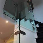 Zoom sur les fixations des panneaux de verre