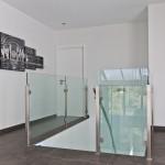 Simplicité des panneaux en verre associés à une structure inox
