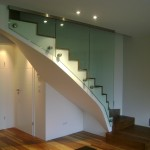 Panneaux de verre sur escalier en arrondi