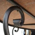 Détail d'un pied de table en fer forgé