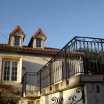 Balcon avec garde-corps extérieur en fer forgé