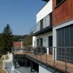 Terrasse métallique en acier avec plancher bois IPE et garde corps inox P8