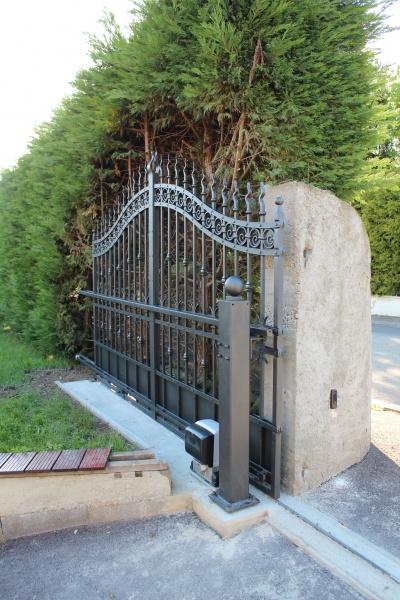 Le portail coulissant en vue arrière ouvert