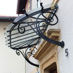 Abris porte d'entrée : marquise en fer forgé