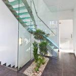 Parois de verre sur toute la hauteur de l'escalier