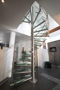 escalier en colimaçon, marches en verre et limon inox