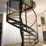 escalier en colimaçon structure acier et marches en chêne
