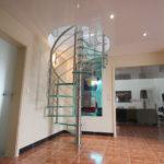 escalier hélicoïdal en inox brossé avec marches en verre