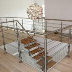 escalier demi-tournant avec garde-corps en inox
