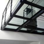 Plate-forme ou passerelle en acier et verre trempé