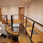 Escalier colimaçon avec passerelle en bois et verre trempé