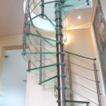 escalier en colimaçon, inox et marches en verre