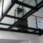 Passerelle style contemporain acier et verre